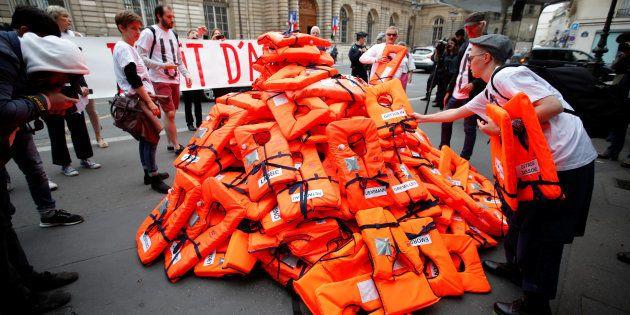 Loi asile et immigration: pourquoi cette montagne de gilets de sauvetage a été déposée devant le Sénat...