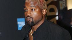 Kayne West vole une boucle d'oreille en or pendant un défilé