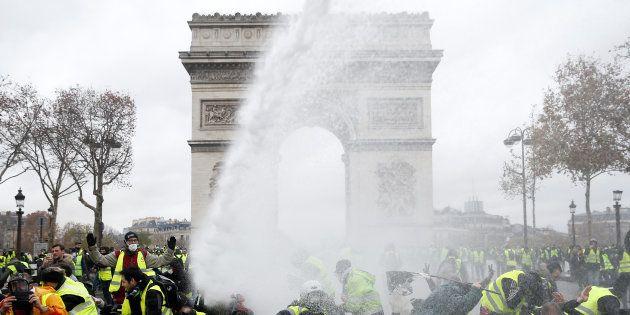 Des gilets jaunes sur les Champs-Élysées à Paris le 1er décembre