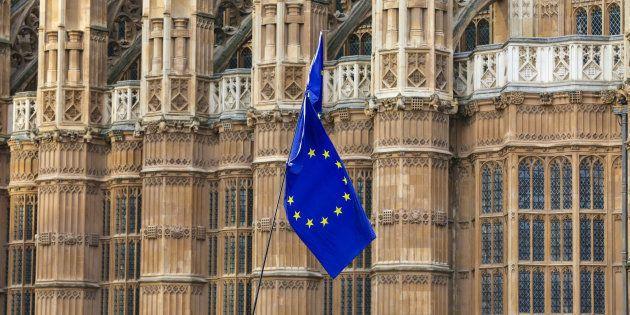 Un drapeau de l'Union européenne agité par des manifestants anti-Brexit sur la place du Parlement britannique...