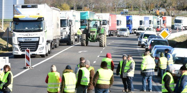 Des camions à l'arrêt lors d'un barrage de gilets jaunes sur la route D157 le 19 novembre