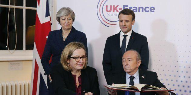 Macron et May signent un nouveau traité
