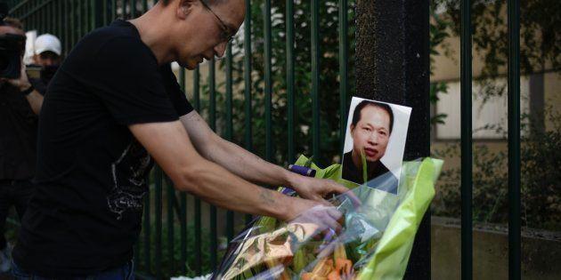 Des fleurs déposées en hommage à Chaolin Zhang, le 7