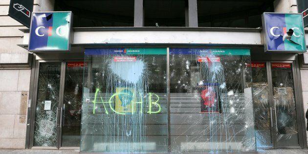 Après la manifestation des gilets jaunes à Paris, plus de 200 entreprises dégradées (photo prise le 2...