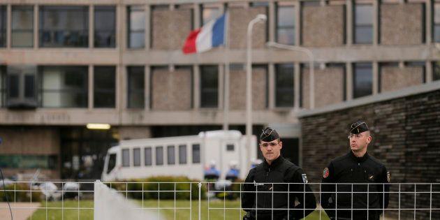 Des gendarmes devant l'entrée de la prison de Fleury-Mérogis (Image