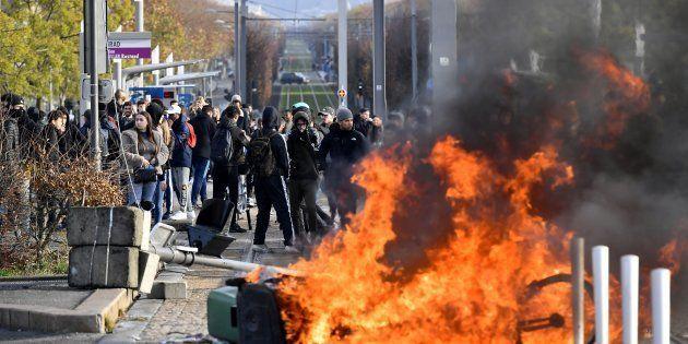 Des lycéens érigeant une barricade sur une ligne de tramway à Bordeaux le 5 décembre