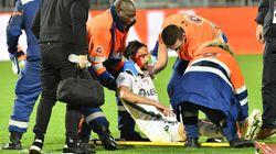 Un joueur de Saint-Étienne sort inconscient sur une civière après un choc avec son