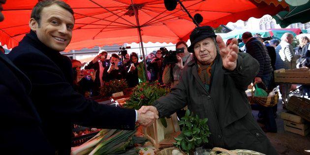 Emmanuel Macron en campagne sur un marché de Poitiers en avril 2017 (photo d'illustration)