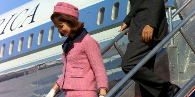 Jacqueline Kennedy descend de l'Air Force One à Dallas, le 22 novembre