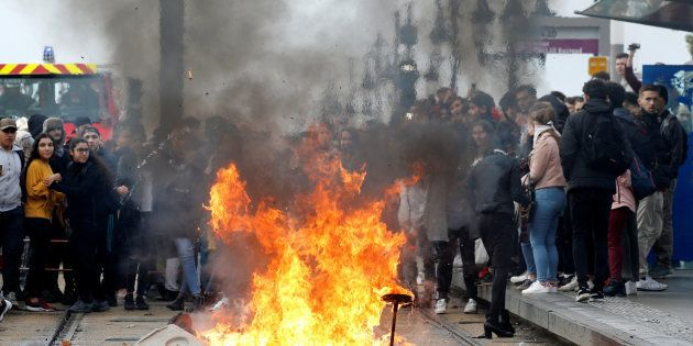 Des lycéens manifestant à Bordeaux le 6 décembre