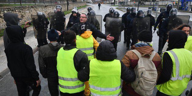 À Paris comme en province, les responsables syndicaux ont proposé l'aide de leur service d'ordre et de...