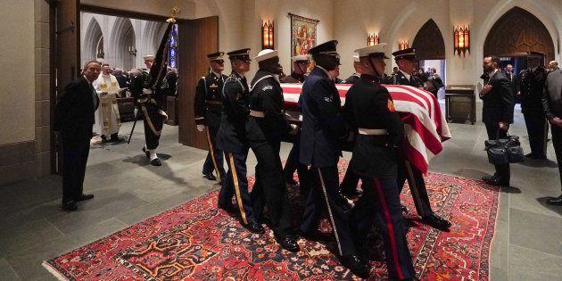 Après des obsèques nationales à Washington D. C., le cercueil de George H. W. Bush a rejoint sa dernière...