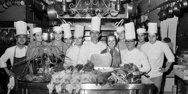Paul Bocuse et son équipe dans la cuisine de son restaurant à Collonges-au-Mont-d'Or, près de Lyon, en...