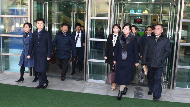 Hyon Song-Wol et la délégation nord-coréenne arrivent au bureau de transit entre les deux Corées, près...