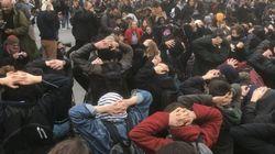 À Paris ou Dijon, des lycéens miment l'interpellation des jeunes de