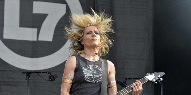 Le groupe américain L7, ici au Hellfest en 2015, est le seul à être entièrement composé de femmes cette