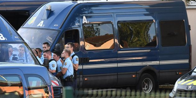 Des gendarmes à Pont-de-Beauvoisin, à proximité de l'endroit où Maëlys a été
