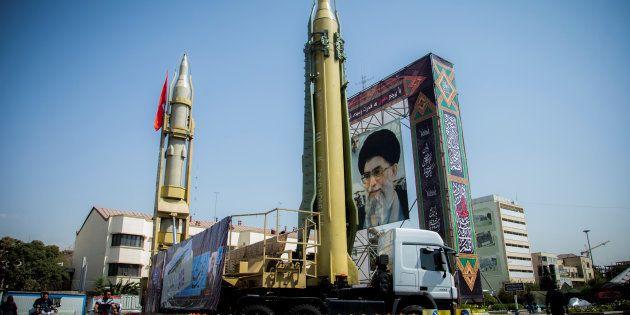 Un dispositif figurant des missiles et le Guide suprême Ali Khamenei à Téhéran, le 27 septembre