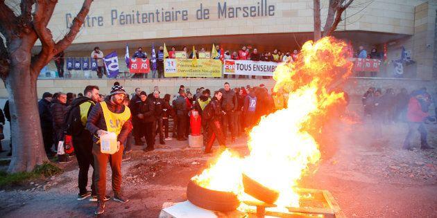 Des surveillants de prison bloquent les Baumettes à Marseille, le 22