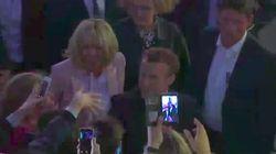 Les Macron s'accordent un bain de foule et quelques pas de danse dans la Cour de