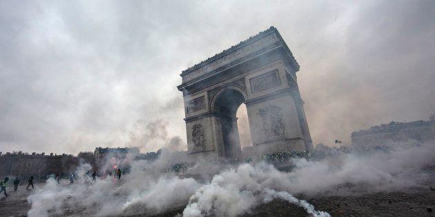 L'Arc de Triomphe enfumé par les gaz lacrymogènes lancés le 1er décembre, lors d'affrontements entre...