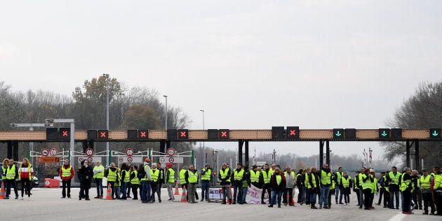 Les gilets jaunes bloquent de nombreuses routes et autoroutes en France (Photo d'illustration prise au...
