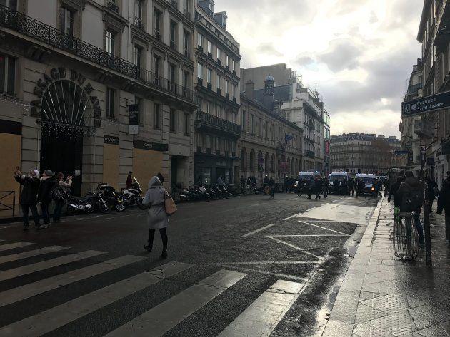 Les forces de l'ordre bloquent l'accès aux grands magasins du boulevard