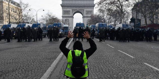 L'acte IV de la mobilisation des gilets jaunes, ici dans la matinée sur les Champs-Élysées, a donné lieu...