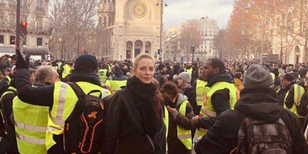 L'actrice Uma Thurman a pris la pose au milieu d'un cortège de gilets jaunes, sur la place Saint-Augustin,...
