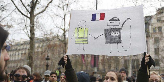 Des gilets soutiennent un mouvement pacifistes, et appellent à cesser les destructions et les
