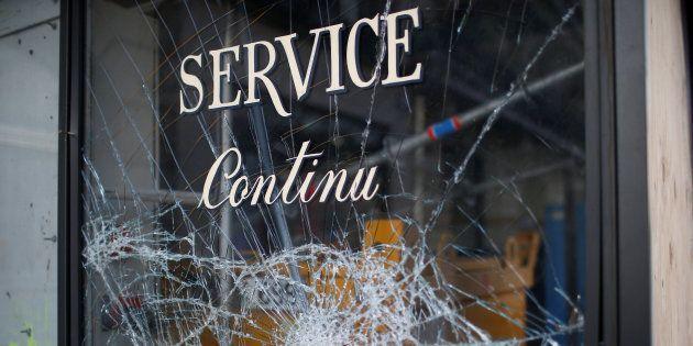 La vitrine d'un restaurant parisien vandalisée pendant la mobilisation des gilets jaunes le samedi 8...