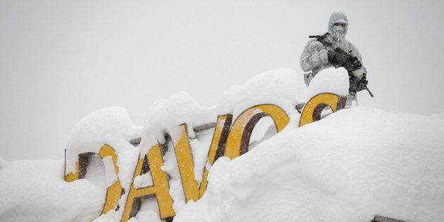Un officier de sécurité sur le toit d'un hôtel de Davos, le 22