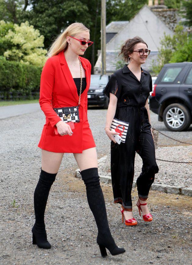 Sophie Turner et Maisie Williams arrivent à l'église pour le mariage de Kit Harington et Rose