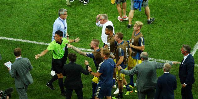 Les joueurs suédois et leur sélectionneur Janne Andersson en colère à la fin d'Allemagne-Suède à Sotchi...