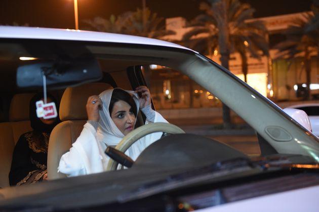 En Arabie Saoudite, les images des premières femmes à conduire dès la levée de l'interdiction à