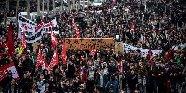 Dans plusieurs villes de France, les étudiants se sont mêlés aux manifestations de lycéens pour contester...
