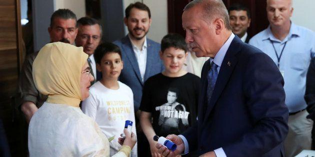 Le président turc Recep Tayyip Erdogan et sa femme Emine Erdogan votent, ce 24