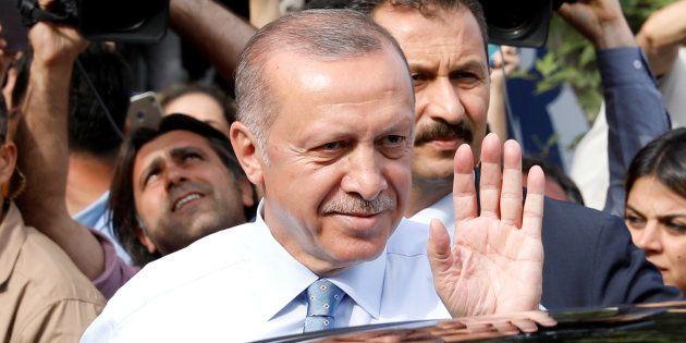 En Turquie, Recep Tayyip Erdogan (ici le 24 juin à Istanbul) revendique la victoire aux élections présidentielle...