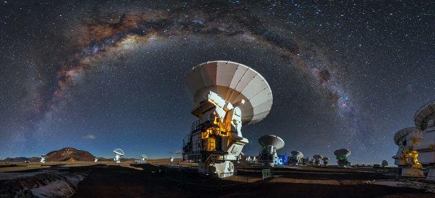 La Voie lactée au dessus des télescopes de l'Observatoire européen