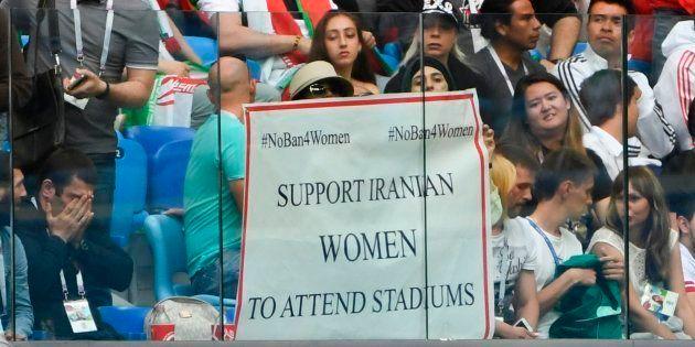 Lors du match Iran-Maroc à Saint-Pétersbourg pour la Coupe du Monde le 15 juin 2018, des femmes brandissent...
