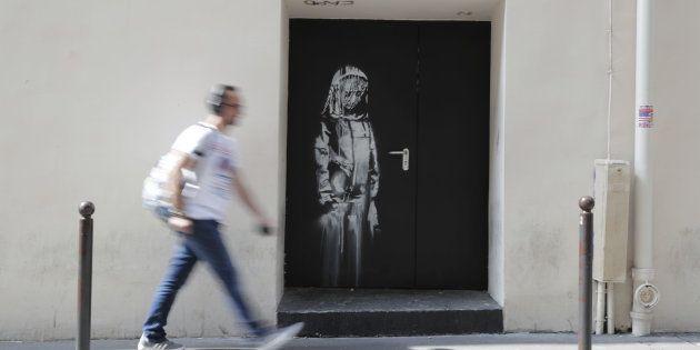 Une oeuvre attribuée à Banksy découverte sur une porte près des issues de secours du Bataclan, le 25