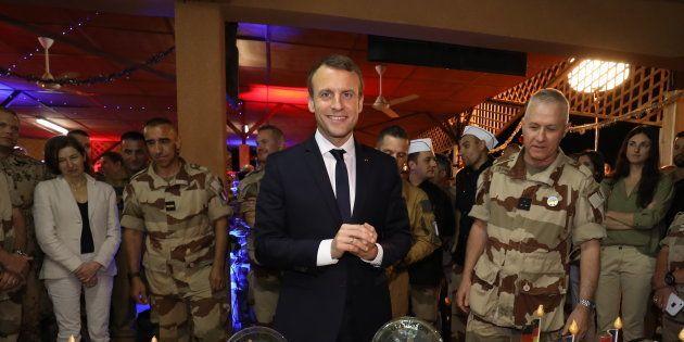 Le président Emmanuel Macron avec des troupes