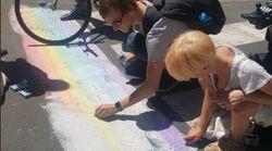 Des passants redessinent les passages piétons arc-en-ciel vandalisés dans le