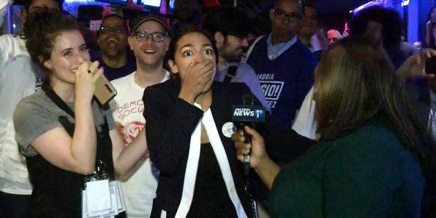 Encore serveuse il y a 6 mois, cette jeune latina bat un ponte du parti démocrate (et n'en croit pas...
