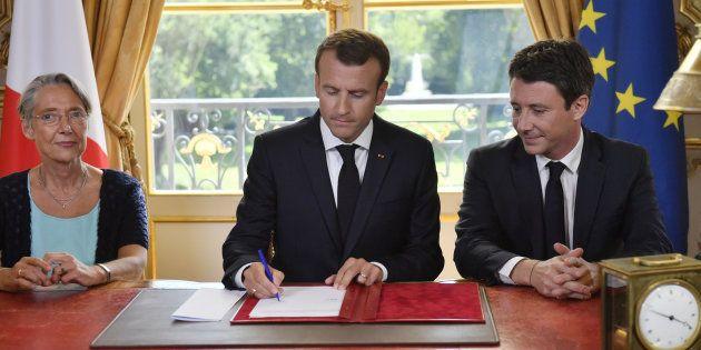 Emmanuel Macron a promulgué la loi réformant la SNCF, encadré par sa ministre des Transports, Elisabeth...