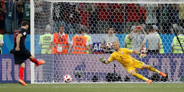 Milan Badelj face à Kasper Schmeichel lors de la séance de tirs aux but entre la Croatie et le Danemarke...