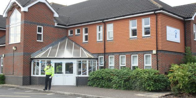 Un policier devant l'église baptiste d'Amesbury, dans la ville où deux personnes ont été retrouvées inconscientes...