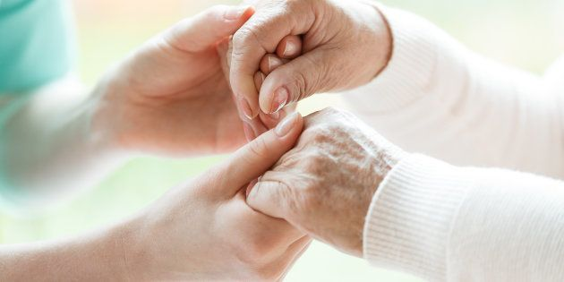 Les jeunes soignants doivent gérer le rapport aux corps malades ou vieillissants, mais personne ne leur