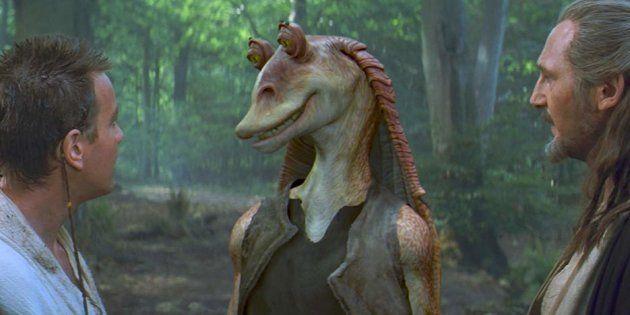 Jar Jar Binks (Ahmed Best) rencontre Obi-Wan Kenobi (Ewan McGregor) et Qui-Gon Jinn (Liam Neeson) dans...