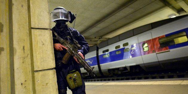 Un membre du GIGN lors d'un exercice de préparation à une attaque terroriste à la Gare Montparnasse en...